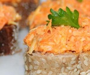 Бутерброды с морковью и колбасным сыром