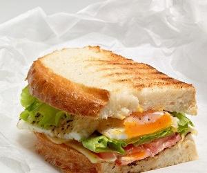 Бутерброд с беконом, яичницей и сыром