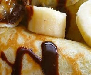 Блинчики с бананами и шоколадной глазурью