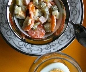 Салат Оливье с вареной колбасой