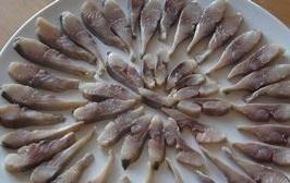 seledka pod shuboj raskladyvaen rybu