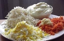 salat iz plavlennogo syra yajca
