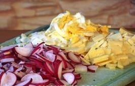 salat iz rediski i ryby yajca